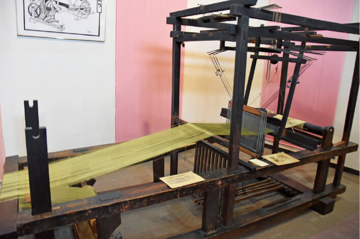 米沢織物歴史資料館に展示されている鮮やかな糸の織機