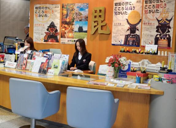 置賜広域観光案内センターASKと物産館。ビジネス・観光客にまちの見どころや食イベント、宿泊情報を案内している。日本政府観光局(JNTO)より米沢では初めて外国人観光案内所の認定を受けた