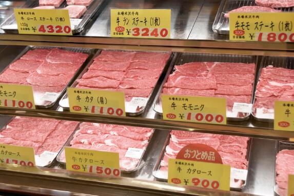 有限会社登起波牛肉店では紫外線がなく熱も少ない有機ELパネルによる「いたわり」のあかりの冷蔵ショーケースを使用