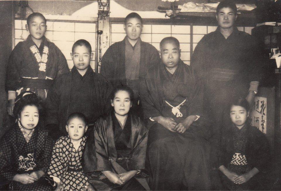写真中央やや右にいるのが初代・金蔵。上段左から2番目が2代目・政雄