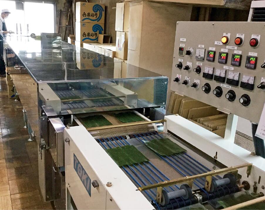 本社の3階にある工場では、注文に応じて焼きのりを製造している