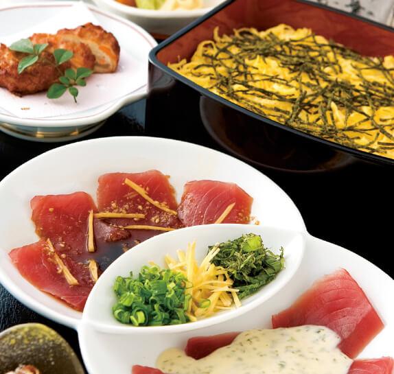 宮崎県日南市の「日南一本釣りカツオ炙(あぶ)り重」には、日南市で水揚げされた一本釣りカツオを使い、七輪で炙って宮崎県産米のご飯にのせて食べるといった提供ルールがある