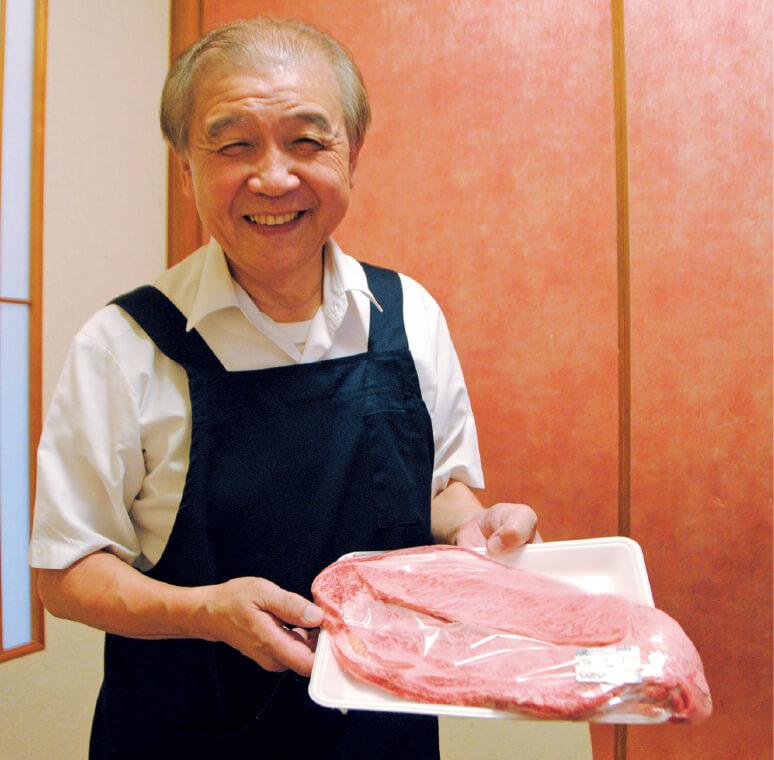 「自分の目で選んだ肉を店で提供しています」と語る天水(てんみず)富士雄さん。加盟店「明日香」の店主で、ご当地グルメ推進協議会会長も務める