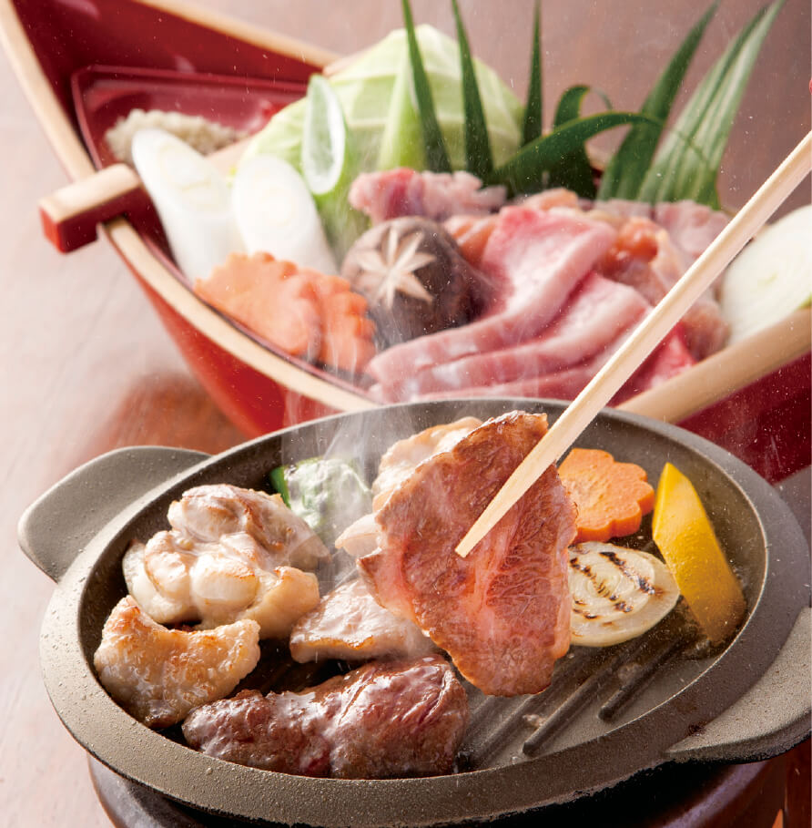 牛肉・豚肉・鶏肉と旬の地場産野菜をダイナミックに舟盛りにし、特製アルミ陶板でジュージュー焼きながら食べる「1人焼き肉御膳」が、都城自慢のご当地グルメ