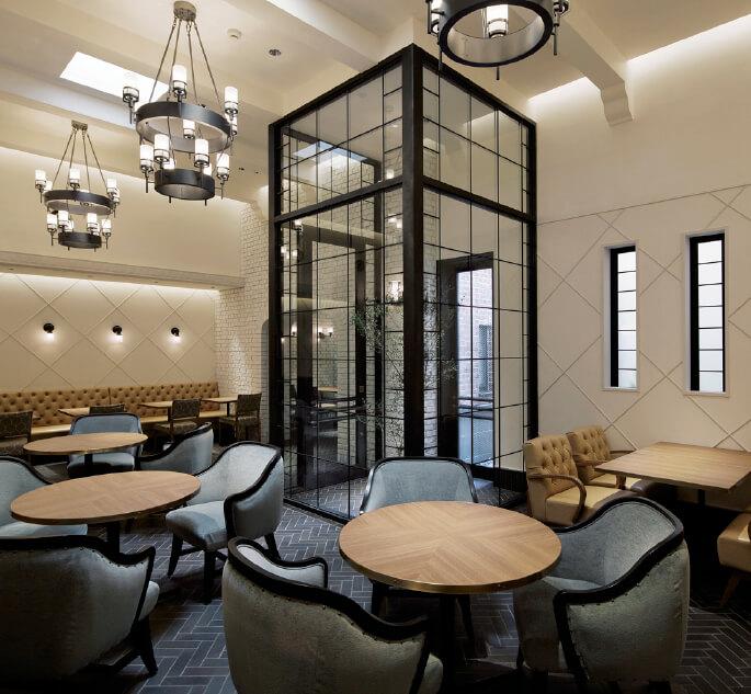本店内に併設された「横町カフェ」。オリジナルカレーや七味の素材をシロップにしたかき氷などがある