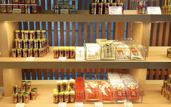 本店内には、さまざまな種類の製品が並ぶ
