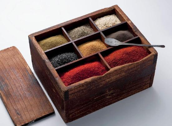 露店販売していたころに使っていた調合箱。八幡屋礒五郎の七味唐からしは、唐辛子、麻の実、さんしょう、ごま、しょうが、しそ、陳皮(みかんの皮)からなる