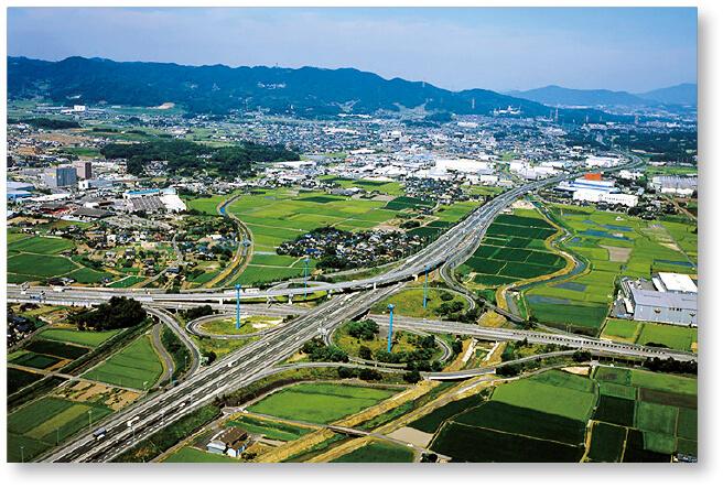 鳥栖ジャンクション:日本では数少ないクローバー型のジャンクションで、九州自動車道と長崎自動車道、大分自動車道を接続する。九州では最も交通量の多いジャンクションの一つ