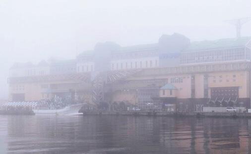 釧路市のウォーターフロント、幣舞橋のたもとに建つ複合商業・観光施設「釧路フィッシャーマンズワーフMOO」。霧がかかる日も多い