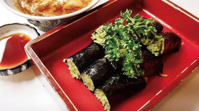 「そば寿司」。クロレラを配合した緑色の麺が特長