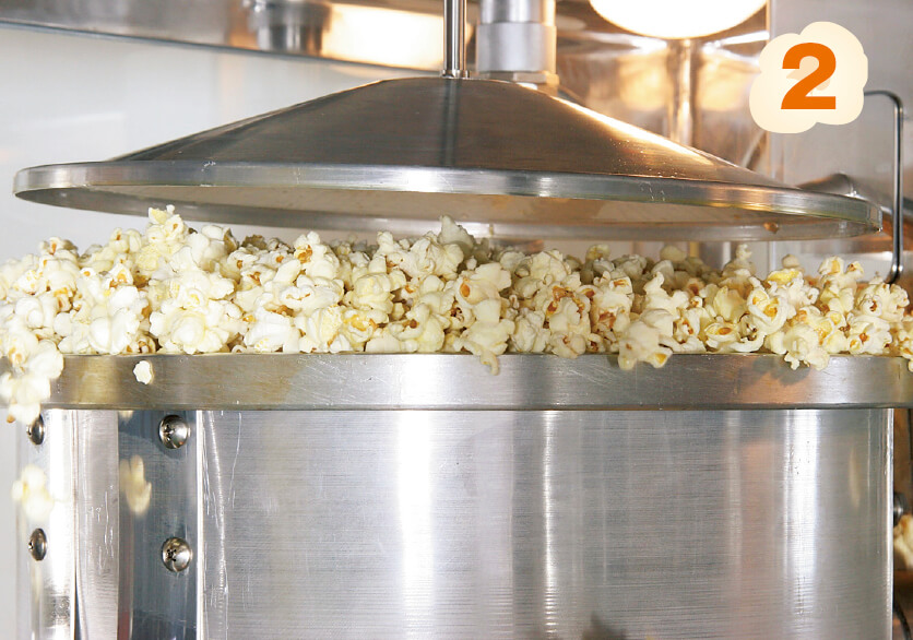 熱を加えるとあれよあれよと豆が膨らみ、ポップコーンが出来上がる
