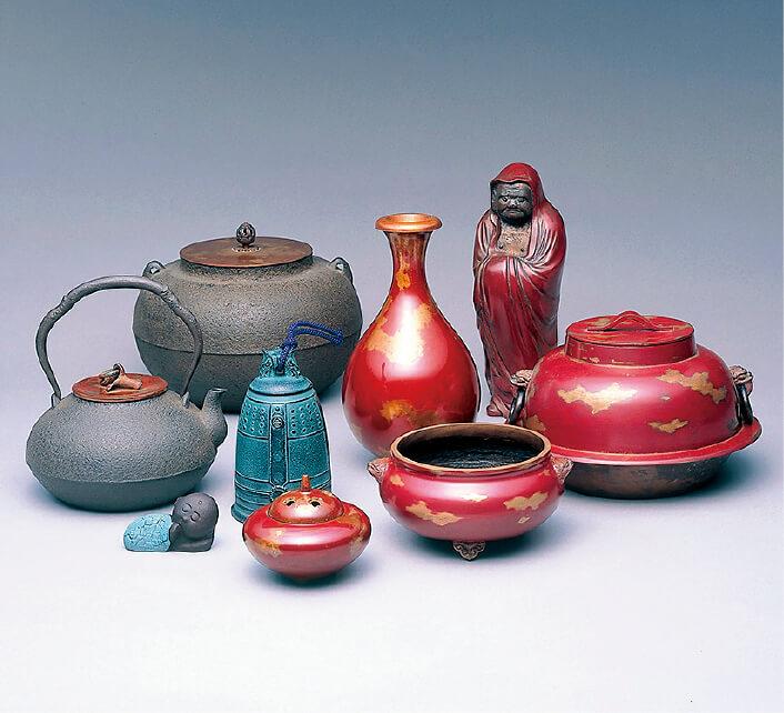 天明鋳物。1000年の歴史をもつ天明鋳物は室町時代以降、「西の芦屋に東の天明」といわれ古天命に代表される茶湯釜をはじめ仏像・梵鐘(ばんしょう)・鰐口(わにぐち)などの名品が全国各地や佐野のまちなかに現存している