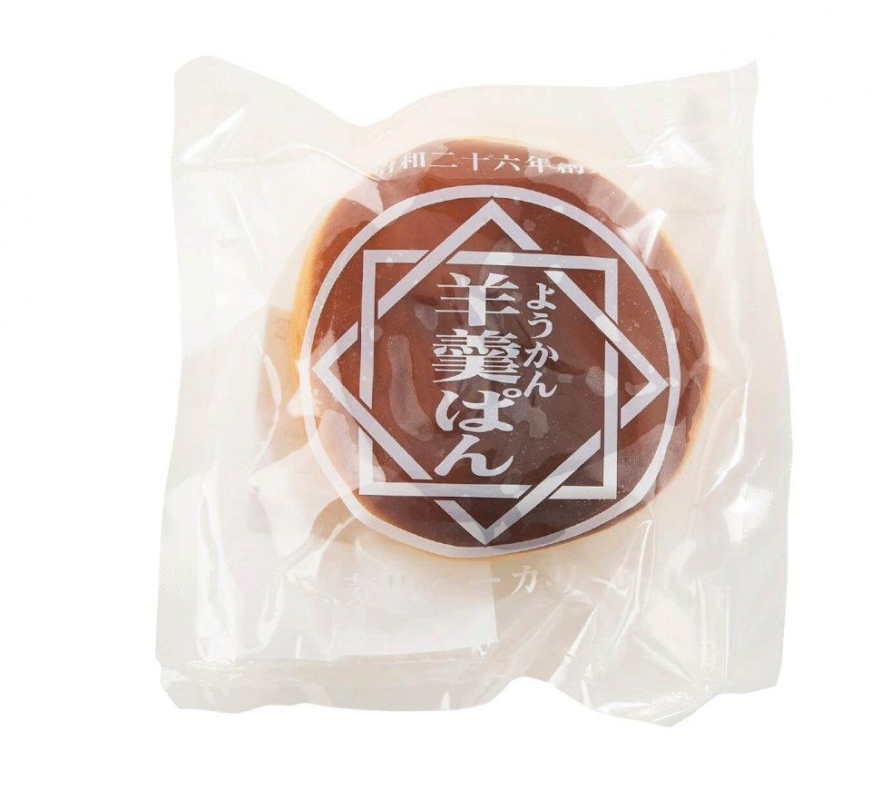 """こしあんの入ったあんパンの上に、ようかんをコーティングした羊羹パン。""""甘さの上塗り""""ともいえる同商品は、宿毛市を中心とした高知県南西部で長年食べられてきた味だ"""