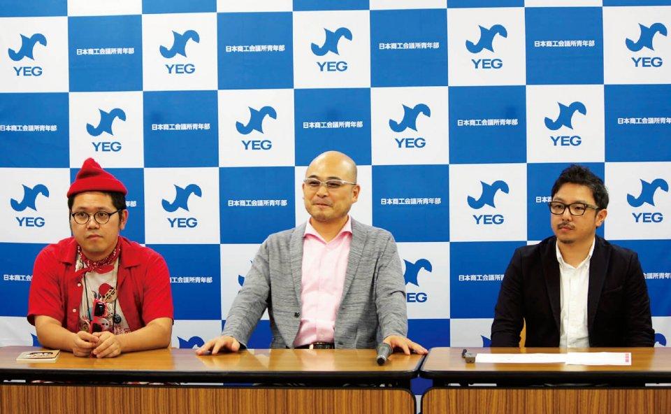 9月14日、東京商工会議所にてキュレーションチャンネルの本格オープンに関する記者発表が行われた。左から、クラウドファンディングで結婚式を挙げたというホームレス芸人・小谷真理(まこと)氏、日本YEG岡村寅嗣会長(京都YEG)、CAMPFIRE取締役高村純一氏