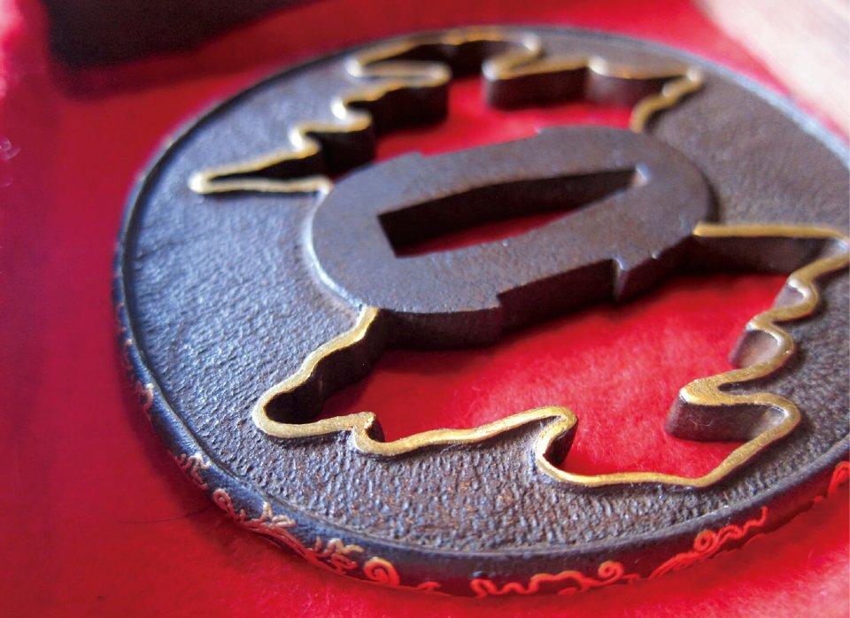 初代光助・伊吉さんがつくった刀の鍔の象嵌。細い縁の部分にまで細かな模様が打ち出されている
