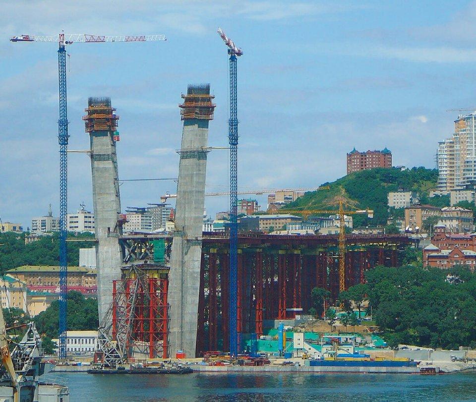 橋の主塔近くにコンクリートプラントを建設し、寒冷地仕様の特殊な生コンクリート約9万㎡を供給した