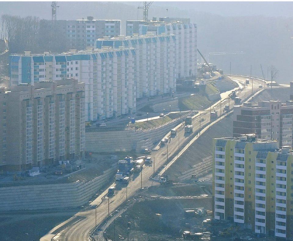 平成22年に建設された退役軍人向けのニュータウン、スネガバヤ地区。基盤整備に耐震擁壁「フリーウォール」が採用された