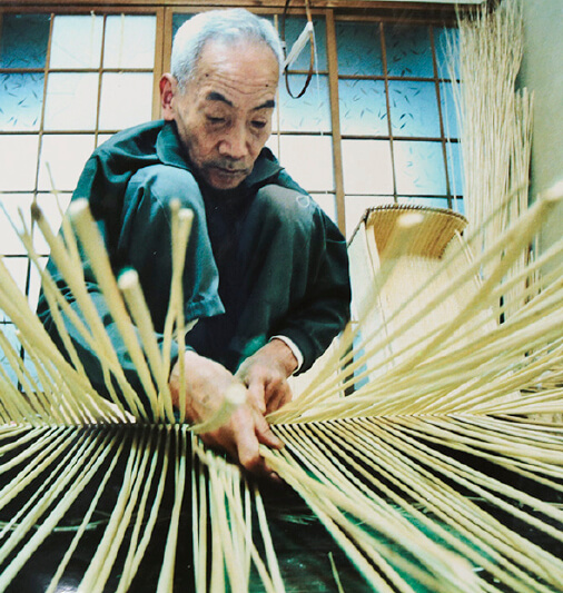 豊岡杞柳細工:始まりは1世紀の初め(西暦27年)まで遡り、奈良・正倉院御物の中には、今も「但馬国産柳筥」が残されている。平成4年に国の伝統工芸品に指定される。平成18年に地域団体商標登録