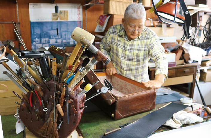 植村美千男のかばん工房:カバンストリートの一角にある豊岡を代表する鞄職人の一人・植村美千男氏の鞄修理工房