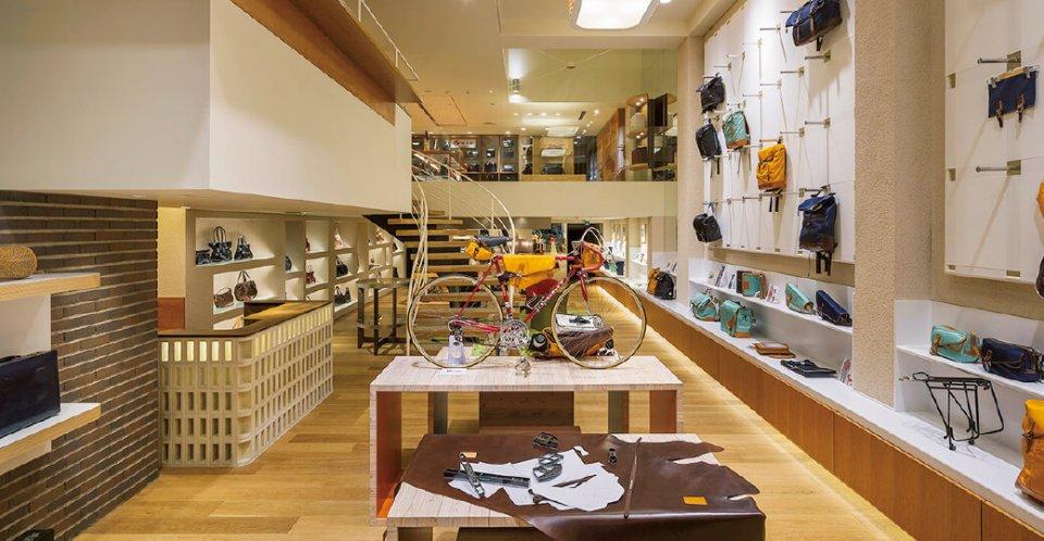 """トヨオカ・ カバン・アルチザン・アベニュー:「鞄のまち豊岡」を象徴する拠点施設。豊岡製の鞄のほか、鞄のパーツやキット商品などを展示・販売。業界の未来を担う人材を育成するアルチザンスクールも併設。""""アルチザン""""とは、フランス語で職人の意"""