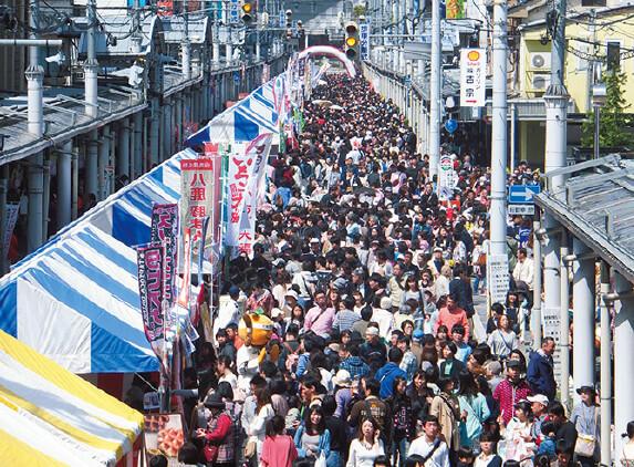 菓子祭前日祭:「菓子祭例大祭」の前日に開催(事務局:豊岡商工会議所)。県内外より約60の菓子店が出店。菓子に関するさまざまなイベントが実施され、豊岡駅通商店街がスイーツロードに変わる。詳細は、とよおかスイーツギャラリー(http://toyooka-cci.jp/)を参照のこと