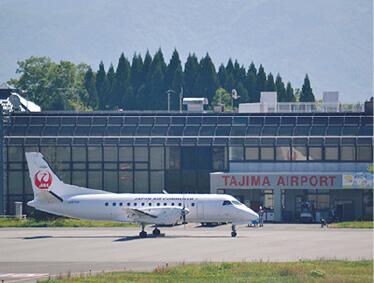 コウノトリ但馬空港:豊岡の空の玄関口。但馬~東京(羽田)間を大阪(伊丹)経由で最短約2時間で結ぶ。午前午後に各1便就航