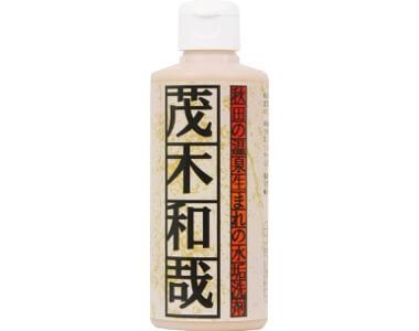スポンジに含ませて軽くこするだけで簡単に汚れが落ちる、水垢汚れに特化した専用洗剤。社長の名前を冠した同社の看板商品だ。200㎖1886円(税別)