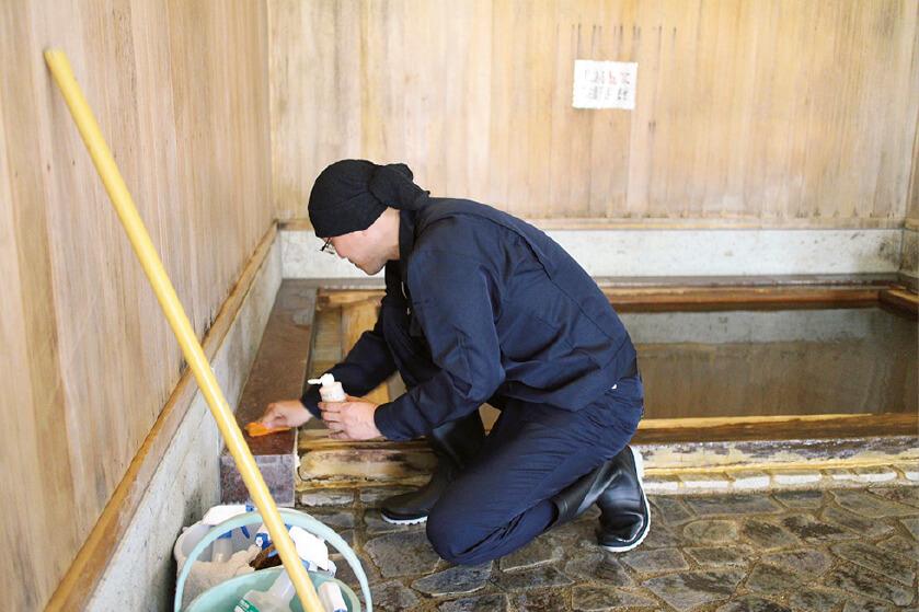 温泉施設の掃除をしながら汚れ落ちを確かめる茂木社長