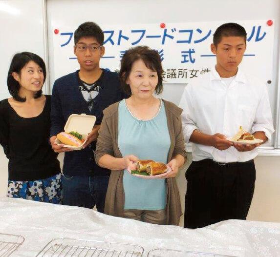 入賞した(左から)遠藤さん、川端さん、柴田さん、田中さん