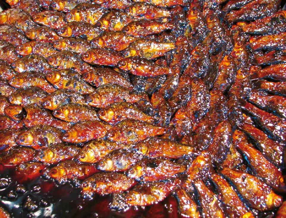 鮒甘露煮は鍋の中に整然と並べて煮ることで、どれも味が均一になるようにしている