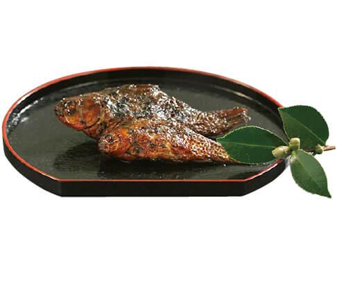 鮒甘露煮。最初は強火、そのあと弱火でじっくり10時間煮ることにより、頭から尻尾、骨まで柔らかく食べられる