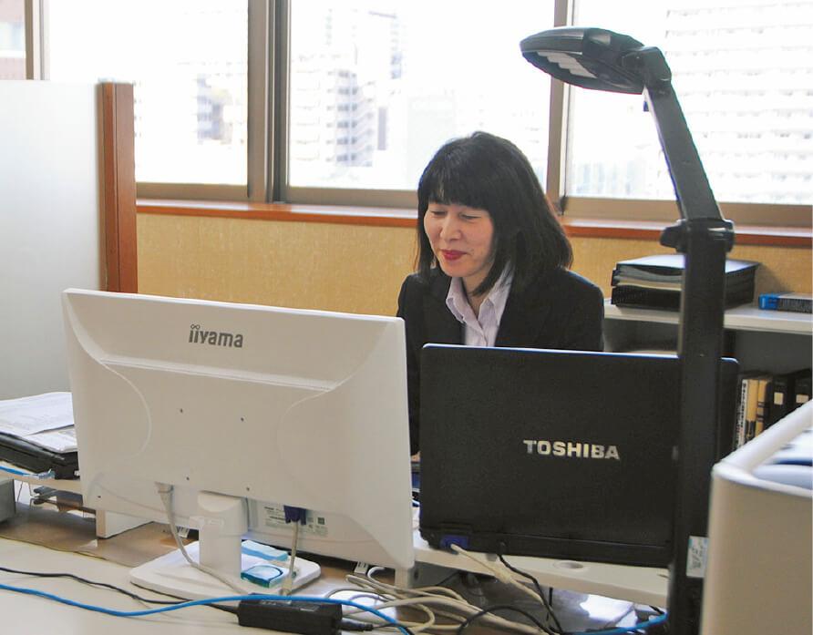一般職として入社後、総合職へ。社会保険労務士の資格を取得して現在執行役員人事部長を務める坂入喜代枝さん