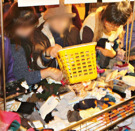 買い物客でごった返す靴下売り場