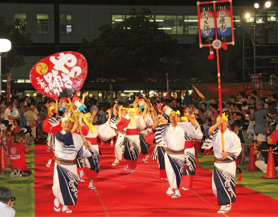 三原城築城完成を祝い踊り出たのがはじまりと言われる「やっさ踊り」