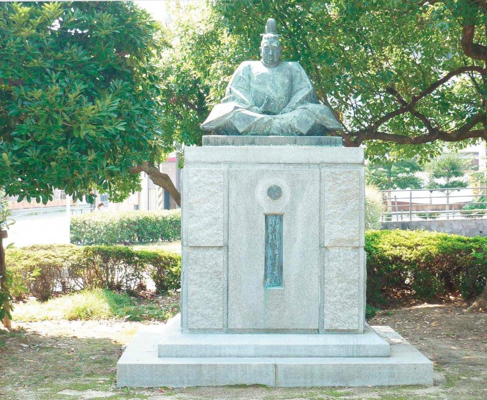JR三原駅北側に鎮座する小早川隆景公像