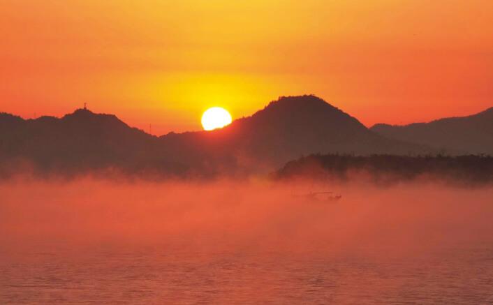晩秋から冬のよく晴れた風のない朝の日の出前後に見ることができる冬の風物詩「海霧」
