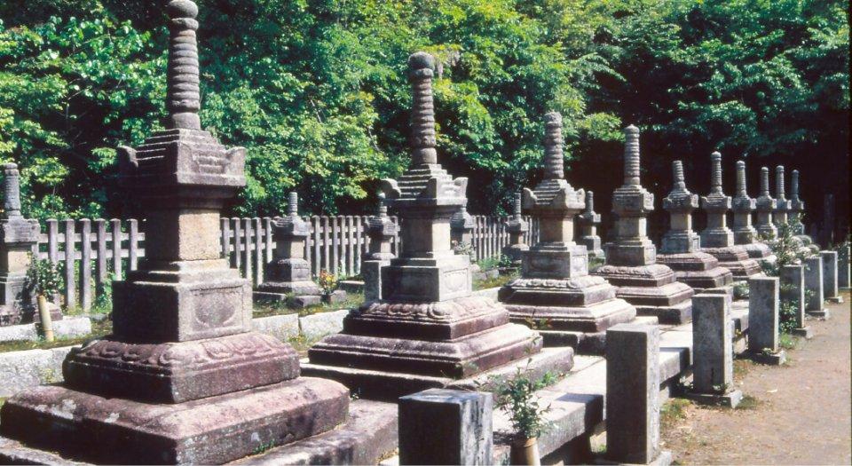 米山寺には、小早川家初代実平から17代隆景までの宝篋印塔(国の重要文化財指定)20基の墓が整然と並ぶ
