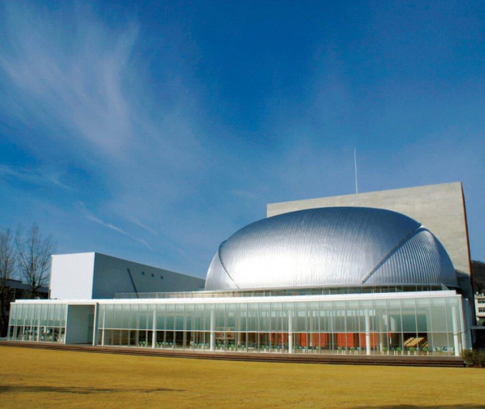 広島県の魅力ある建築ベスト30(投票部門)にも選出された「三原市芸術文化センターポポロ」