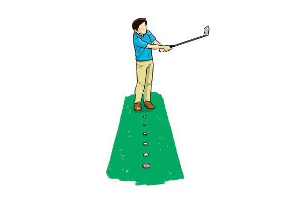 並べた1円玉を次々にしっかりと打てるようになれば、ボールをクリーンに捉えることができる