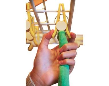 洗濯物を持った手で洗濯ばさみを開き、そのまま差し込んではさみを閉じればOK