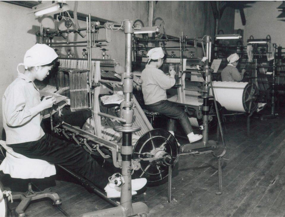 昭和30年代の本社工場。婦人服地を織っているところ