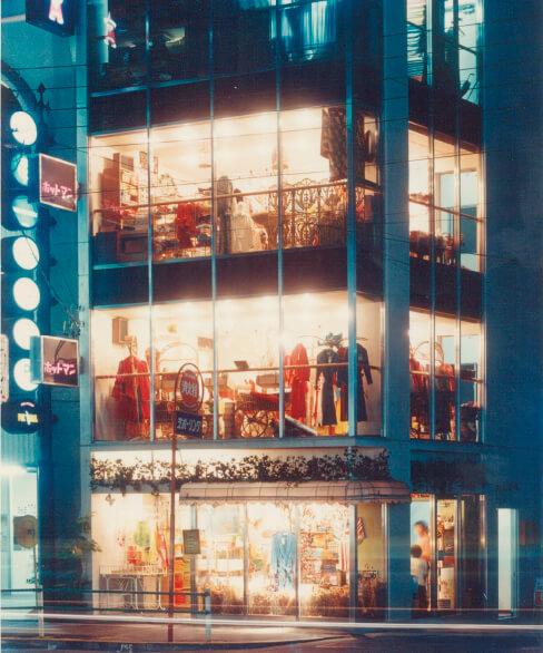 昭和47年、流行の発信地・六本木に直営店をオープン