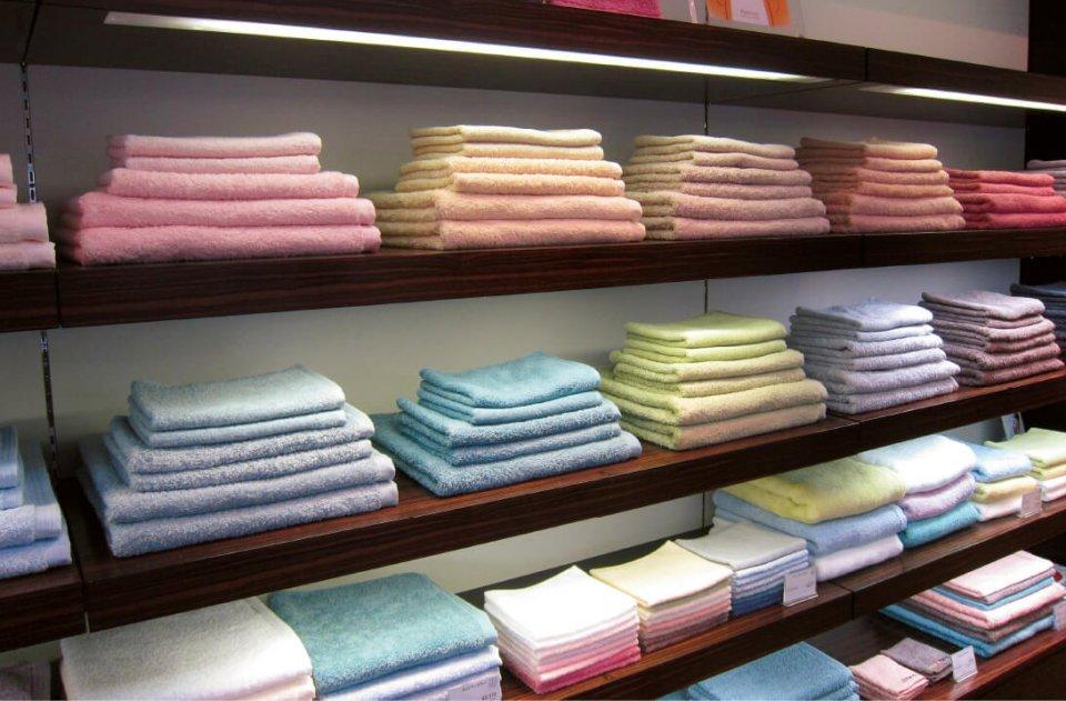 主力商品の一つ「ホットマンカラー」は、バスタオルやハンドタオル、バスマットなどが18色から選べる