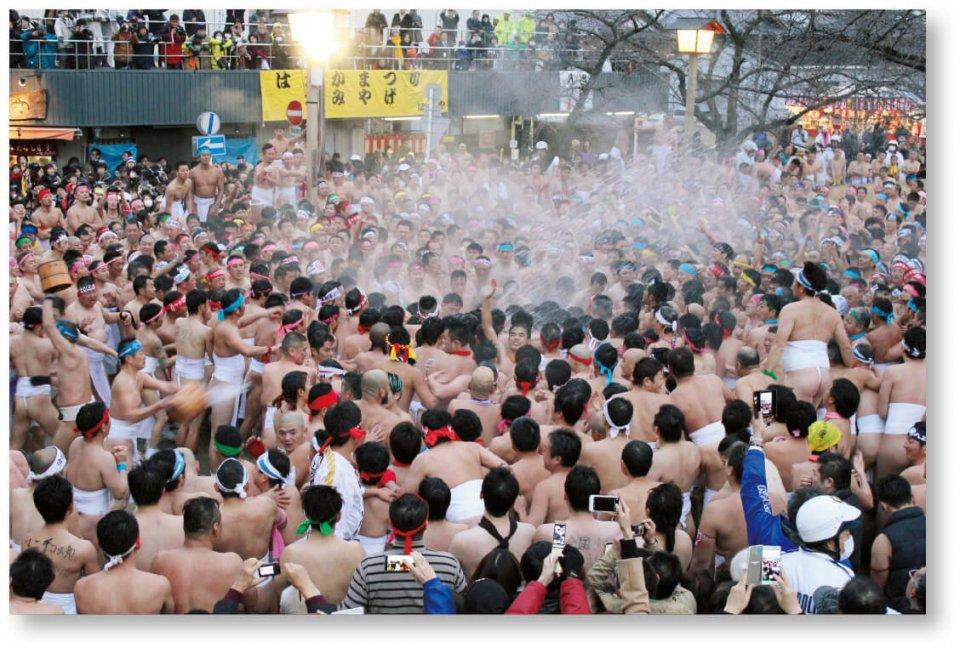 国府宮はだか祭:神男に触れて厄を落とそうと裸男たちがもみ合うクライマックス。浴びせられる手桶の水は、たちまち湯煙に変わる
