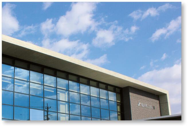 新商工会館の全景:2年前に完成。当所事務室のほか各種団体も入居した地域コミュニティーの場