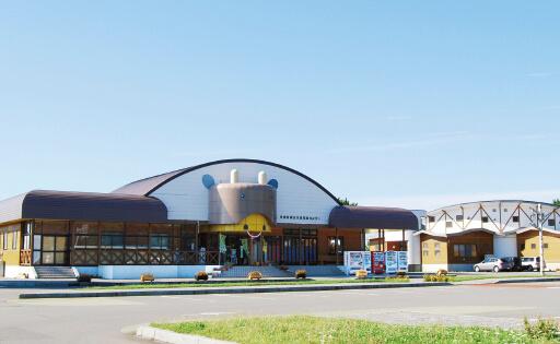 トーサムは、十三湖畔の高原牧草地内にある「道の駅」。レストランやシジミの一般開放区域も運営している