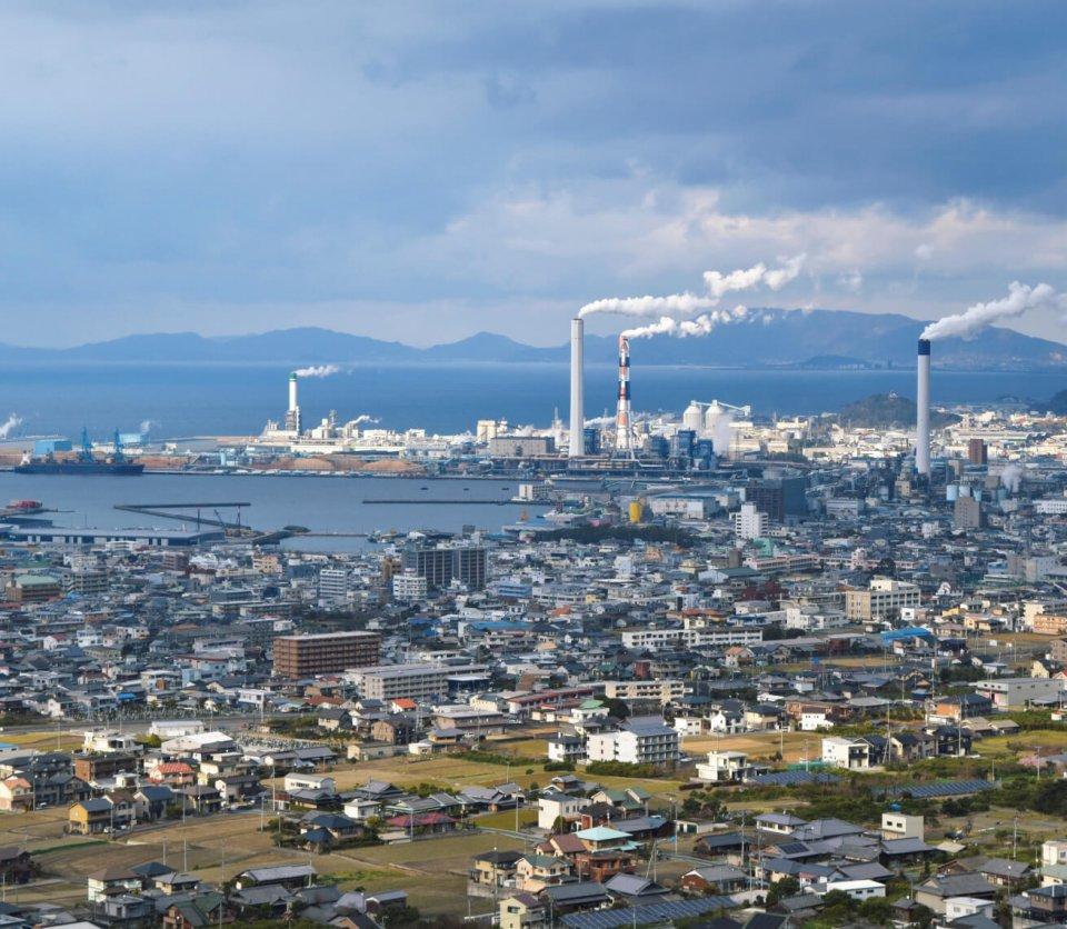 工場群:瀬戸内海に面した平野部に建ち並ぶ。大きな煙突が本市活力のシンボル 写真提供:四国中央市、四国中央市観光協会