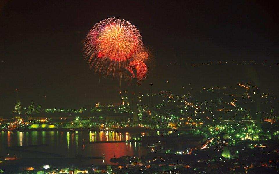 花火大会:7月上旬から8月中旬にかけて市内3カ所で花火が打ち上げられ、夏の夜空を彩る