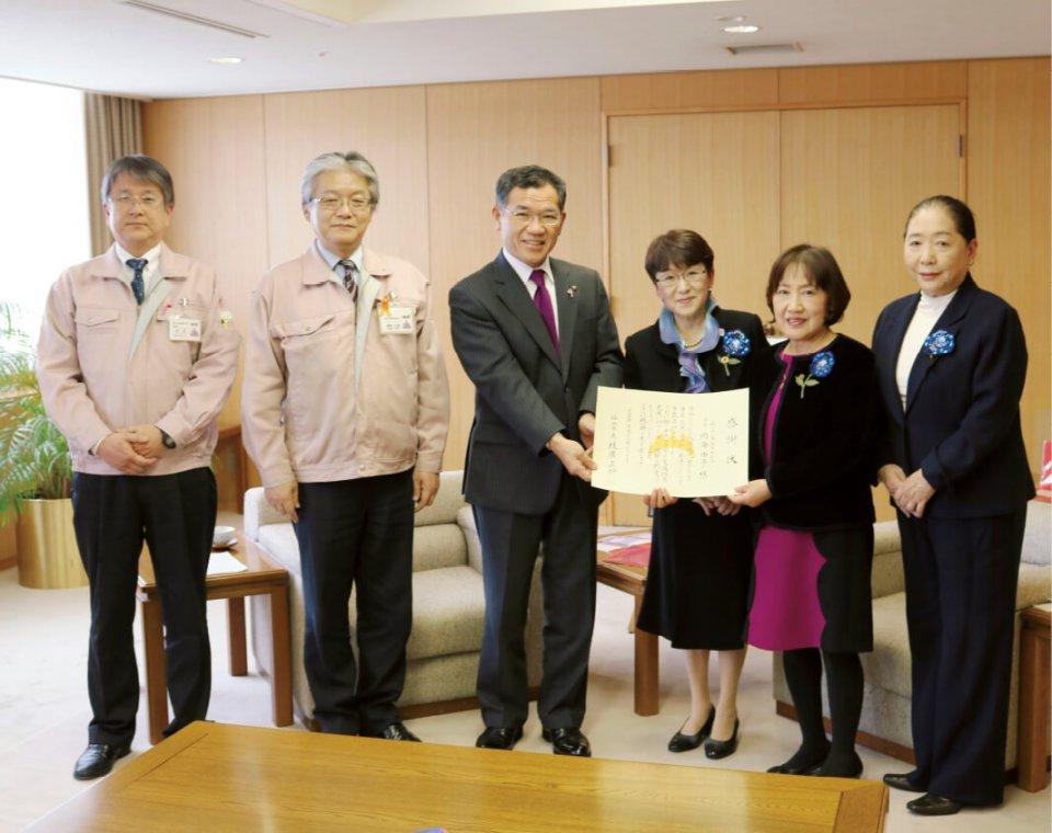 内海由子会長(右)が枝葊市長へ目録を贈呈