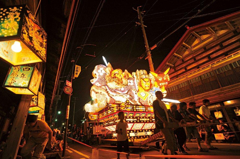 7月30日から8月5日にかけて行われる黒石ねぷた祭り。人形ねぷたと扇ねぷた、約70台が出る